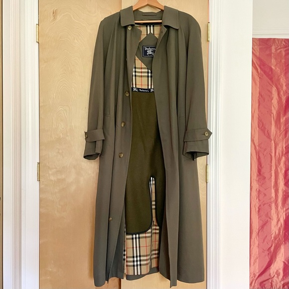 EUC genuine Burberry's green men trench coat with removable wool lining